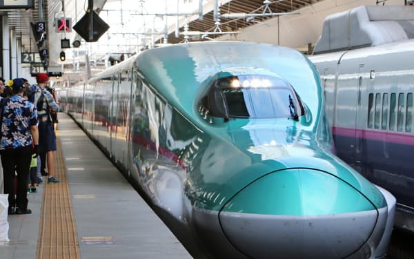 JR東日本の新幹線の売り上げは伸び悩んでいる。(写真は東北・北海道新幹線の「はやぶさ」、JR東京駅)