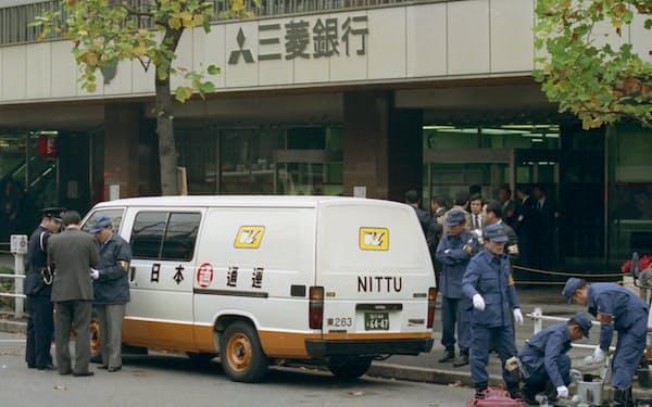現金3億3000万円を強奪された現金輸送車(1986年11月25日、東京・有楽町)=共同