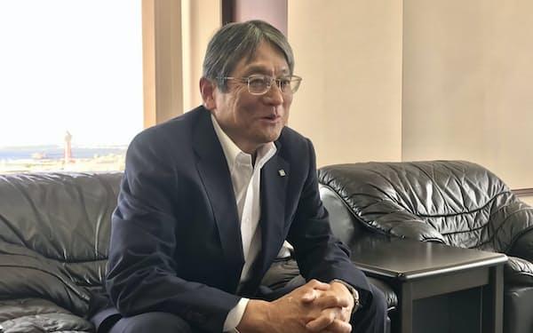 インタビューに答える、総合メディカルの坂本社長