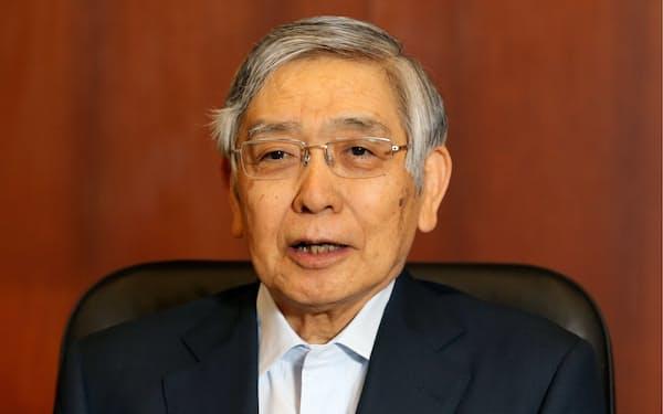 インタビューに答える日銀の黒田総裁(7日、日銀本店)