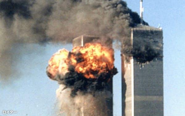 2001年9月11日、乗っ取られた航空機が突入し、炎上するニューヨークの世界貿易センタービル(ロイター=共同)