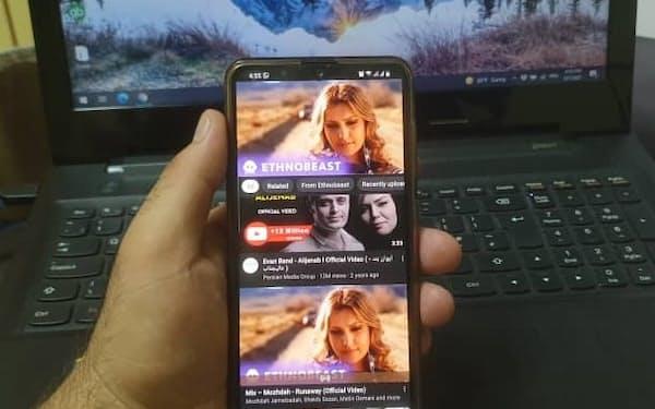 アフガンのスマホ世代の若者はタリバンによるネット接続の制限を警戒している