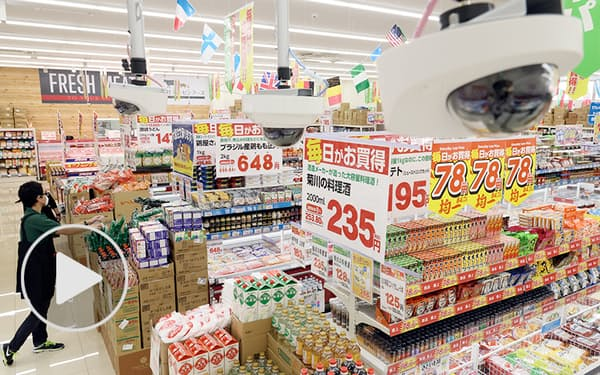 店内に設置したカメラが商品棚や人流を解析する(大阪市西成区の業務スーパー天下茶屋駅前店)