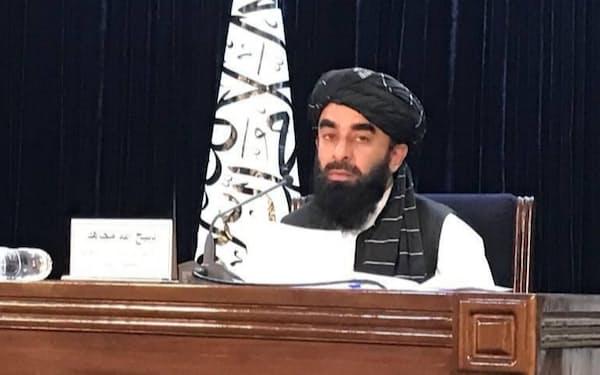 7日、アフガニスタン首都カブールで記者会見するタリバンのムジャヒド報道官=ゲッティ共同