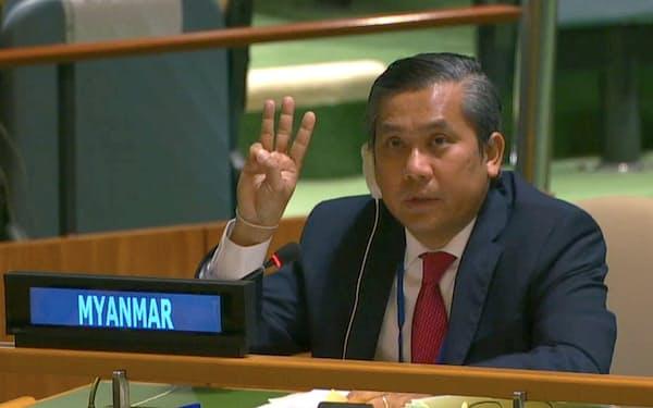 2月、国連の会合で3本の指を上げて国軍のクーデターに抵抗する意思を示すチョー・モー・トゥン国連大使=ロイター