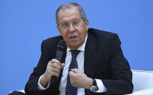 6日、北西部のサンクトペテルブルクで記者団の質問に答えるロシアのラブロフ外相=AP