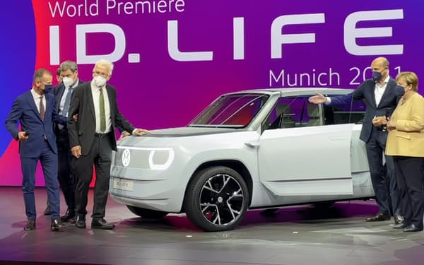VWの「ID.LIFE」の説明を受けるメルケル首相(7日、ミュンヘン自動車ショー)