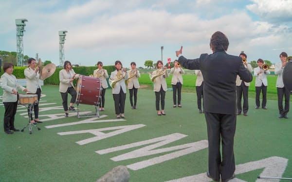 皐月賞の生ファンファーレの演奏風景=光ウィンドオーケストラ提供