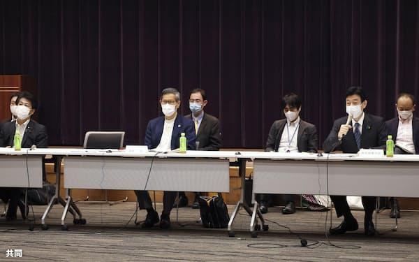 新型コロナウイルス感染症対策分科会の会合に出席した(前列右から)西村経済再生相、尾身茂会長、田村厚労相(8日午前)=共同