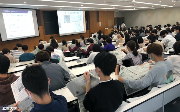授業では日経新聞の注目記事を一緒に読んだ(4月、東京都豊島区の立教大池袋キャンパス)=同大提供