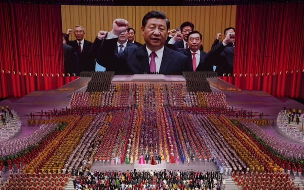 習近平国家主席(中央)は「共同富裕」を唱え、所得格差の縮小を目指しているようにみえる(6月、中国共産党創設から100年を前にした北京での式典)=AP