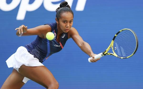 女子シングルス準々決勝でプレーするレイラ・フェルナンデス(7日、ニューヨーク)=ゲッティ共同