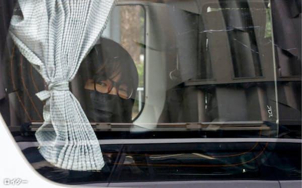 警察に連行される支連会副主席の鄒幸彤氏(8日、香港)=ロイター