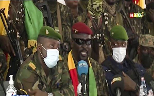 ギニアでクーデターを実行した軍の指導者ら (6日、地元テレビの映像)=AP