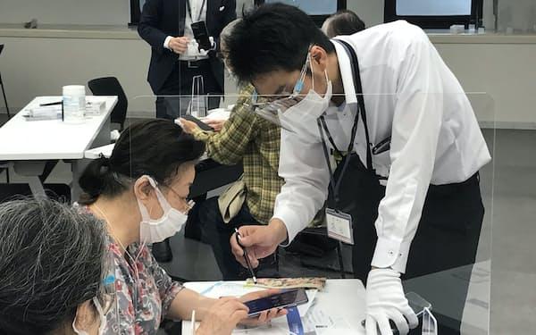 渋谷区は希望する高齢者へのスマホ貸与を始めた(区の使い方講座の様子)