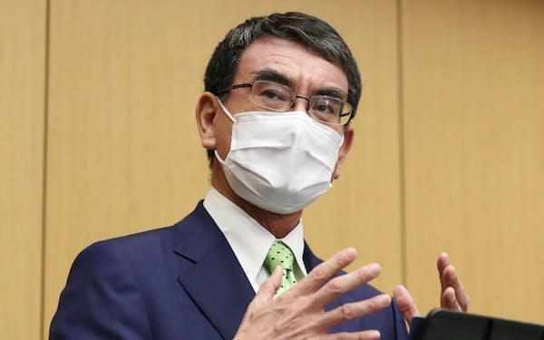 報道陣の質問に答える河野規制改革相(8日、東京・永田町)