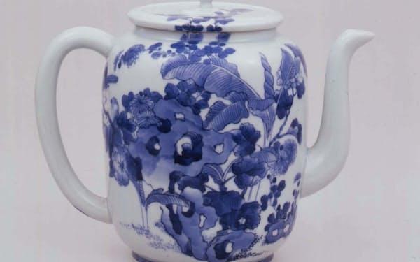 「染付菊芭蕉牡丹図水注」。湖東焼は緻密で豪華で高尚な絵付けが特徴だ