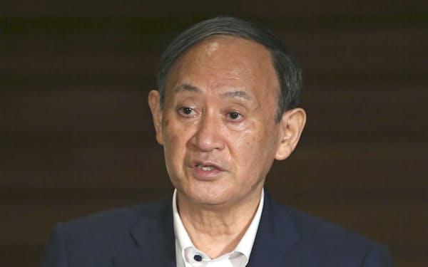 関係閣僚との協議を終え、記者の質問に答える菅首相(8日午後、首相官邸)=共同