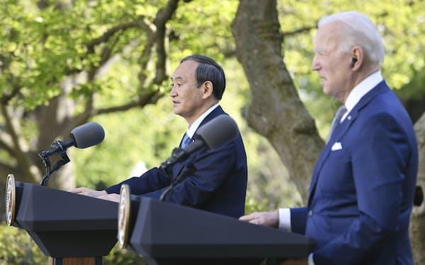 共同記者会見する菅首相(左)とバイデン米大統領(4月、ワシントンのホワイトハウス)=共同