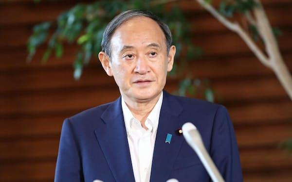 自民党総裁選への出馬見送りの意向を決め、報道陣のインタビューに臨む菅首相(3日、首相官邸)