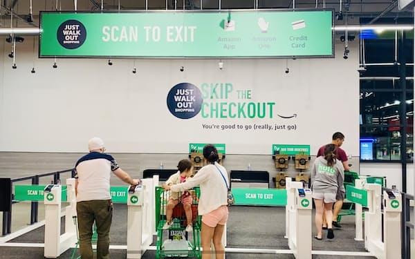 アマゾンはレジ無し決済を傘下のホールフーズに広げる(7月、ワシントン州シアトルのアマゾン・フレッシュ)