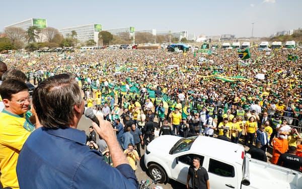 支持者に対し演説するボルソナロ大統領(写真手前、7日、ブラジリア)=大統領府提供