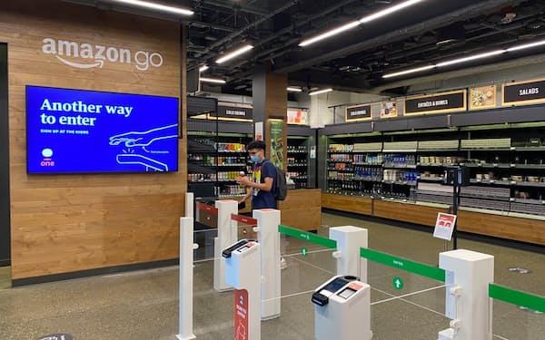 商品とともにゲートを通るだけで決済される(アマゾンの店舗、米シアトル)