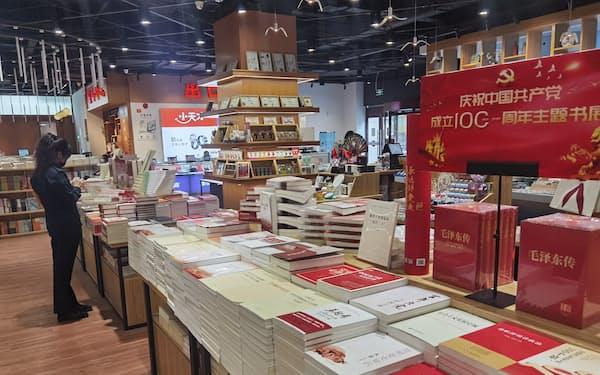 中国共産党の創立100年で関連書籍が並ぶ書店(8日、遼寧省大連市)