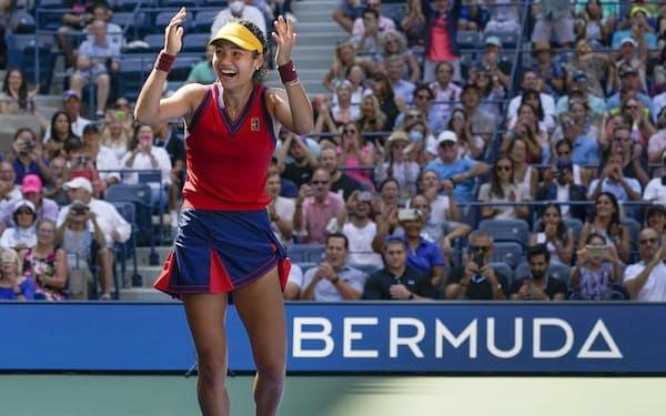 女子シングルス準々決勝でベリンダ・ベンチッチに勝ち、喜ぶエマ・ラドゥカヌ(8日、ニューヨーク)=AP