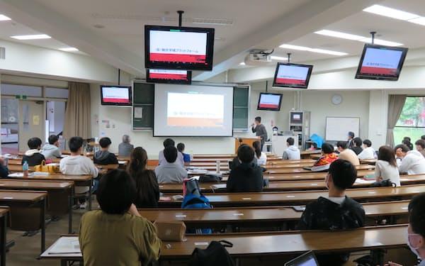オンラインで石川県内の課題解決の授業に取り組む融合学域の1年生たち
