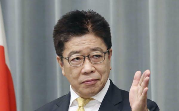 記者会見する加藤官房長官(9日午前、首相官邸)=共同
