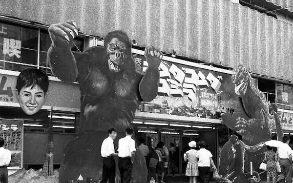 東宝敷島劇場/敷島シネマの入り口に掲げられた「キングコング対ゴジラ」(1962年)の巨大看板 ©2018 Akira Kida