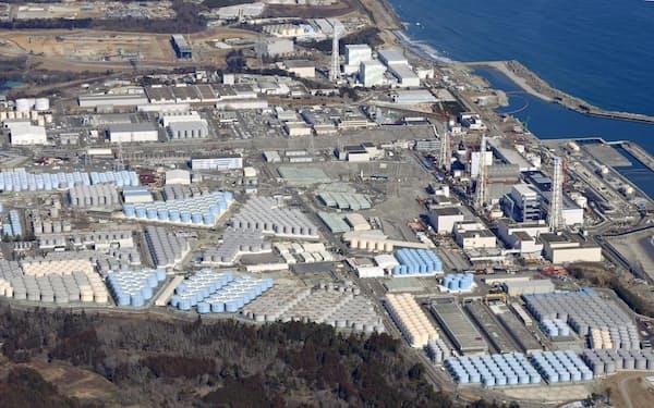 敷地内に処理水を保管するタンクが並ぶ東京電力福島第1原発=共同