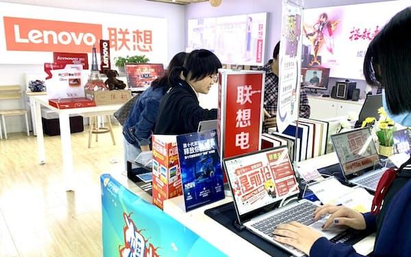 足元のパソコン販売は好調に推移している(四川省成都市の販売店)