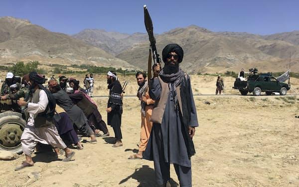 アフガニスタン北東部で警備にあたるタリバン戦闘員=AP