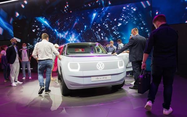 独ミュンヘン国際モーターショーで、フォルクスワーゲンの新型EV「ID.ライフ」に集まる来場者たち。Mari Kusakari=撮影