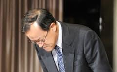 粉飾を認め記者会見で頭を下げるオリンパスの高山修一社長(11年11月、肩書は当時)