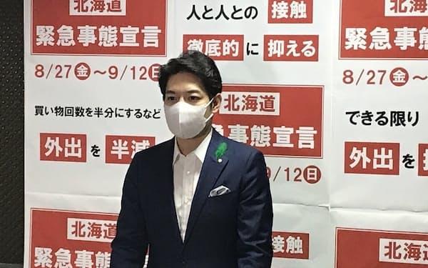 取材に応じる北海道の鈴木直道知事(9日、北海道庁)