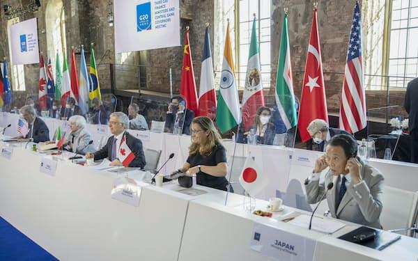 7月10日、イタリアで開かれたG20財務相・中央銀行総裁会議に参加する麻生財務相(右端)ら(英財務省提供・共同)