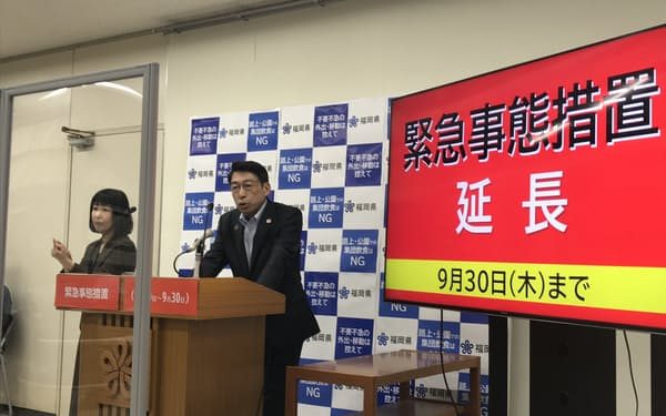 緊急事態宣言延長で記者会見する、福岡県の服部知事(9日、福岡市)