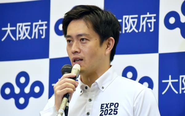 記者団の取材に応じる吉村知事(9日、大阪市中央区)