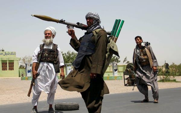旧アフガン政府はタリバンと戦うため、防衛や治安維持に国家予算の6割弱を使っていた=ロイター