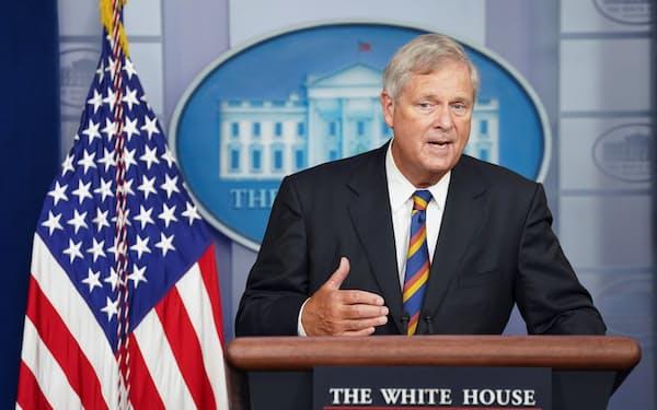 ホワイトハウスで記者会見するビルサック農務長官(8日)=ロイター