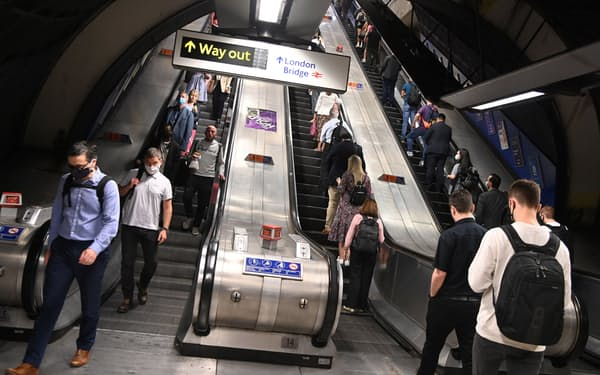 8日朝、英ロンドン中心部の地下鉄ロンドンブリッジ駅=ロイター