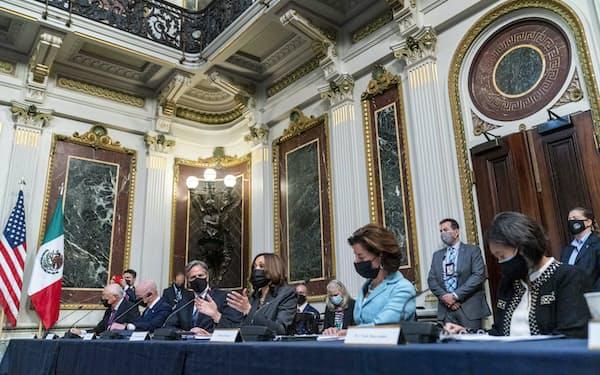 メキシコとの経済対話に参加したハリス米副大統領(中央)ら(9日、ホワイトハウス)=AP