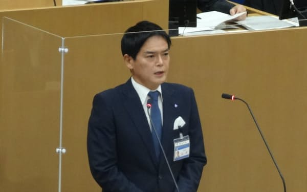 市議会で所信表明演説をする山中市長(10日、横浜市)