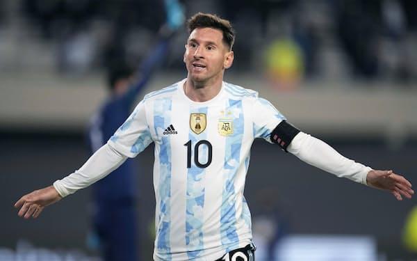 サッカーW杯南米予選のボリビア戦で3点目を挙げ、喜ぶアルゼンチンのメッシ(9日、ブエノスアイレス)=ゲッティ共同