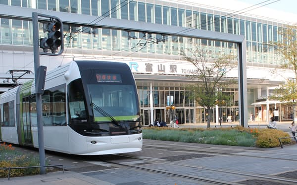 「ICOCA」など全国交通系ICカード専用のリーダーを搭載する(富山駅に入る路面電車)
