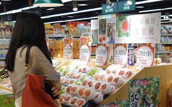 台湾の百貨店で「かづの北限の桃」の販売が始まった(10日、台北市)