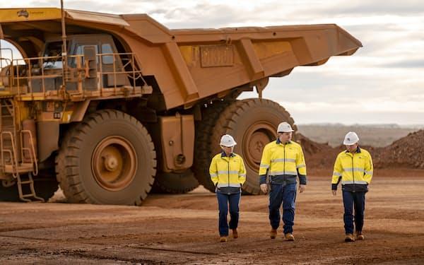鉄鉱石を運ぶ鉱山トラックは巨大だ(フォーテスキュー提供)